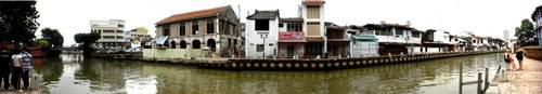 写真を5枚つなげてパノラマ風に。橋の左へ行くとオランダ広場、右へ行くと商店街へ