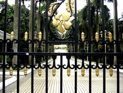 王宮への門