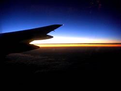 飛行機から見る夜明け