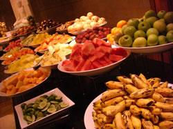 朝食ビュッフェのフルーツコーナー