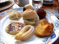 上から時計回りに、アルマジロ、ランブータン、フレンチトースト、チュロスっぽいもの、パンケーキ、春雨